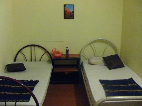Ringo's Foyer Guest House: Beds (3 bed room with aircon)