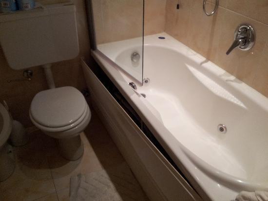 Salle de bain picture of nyala suite hotel san remo for Salle de bain hotel