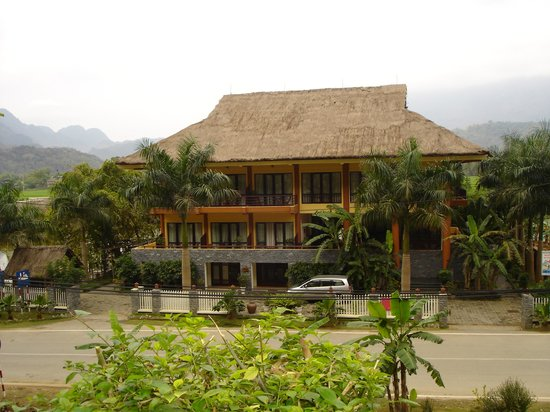 Mai Chau Lodge: Front of the lodge