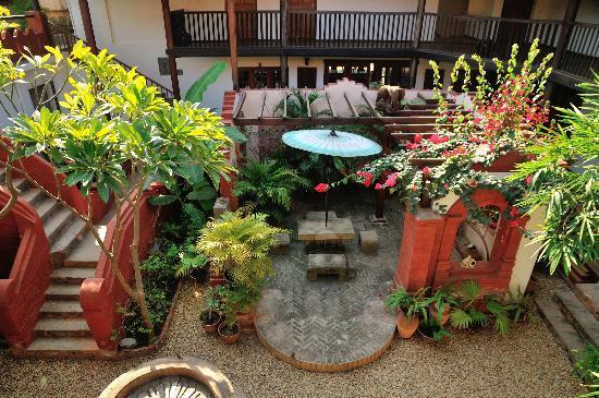 Thurizza Hotel Bagan: Interior garden