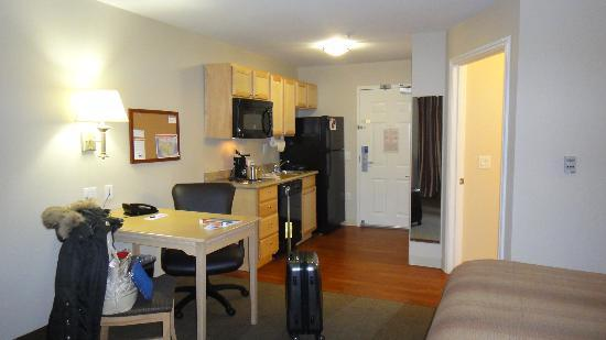 Candlewood Suites Houston Park 10: Entrance and kitchen area
