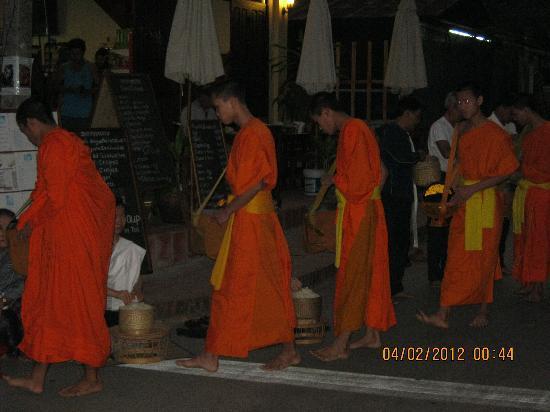 Sayo River Guest House: La processione di tutte le mattine....