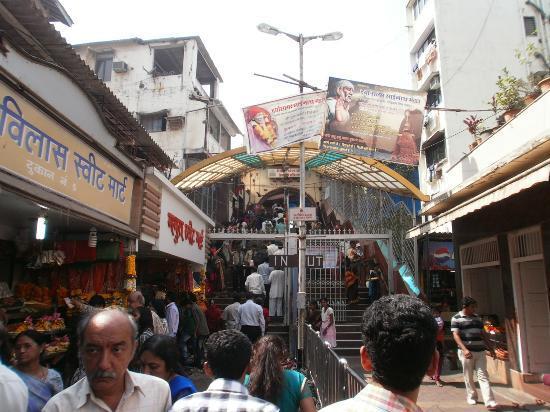 Mahalakshmi Temple: 参道から寺院までの階段