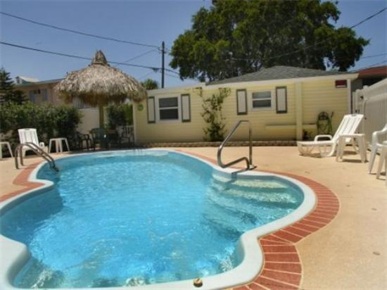 The Cottages at Madeira Beach: Pool beside Cottage 3