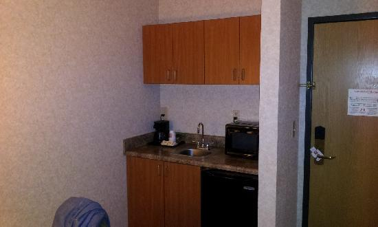Comfort Suites: Microwave, Sink and Fridge in room