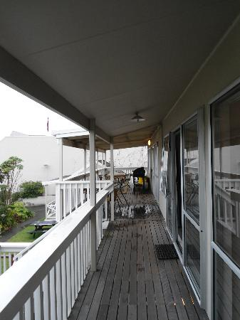 Finlay Jack's Backpackers: bit further down the balcony towards the kitchen area