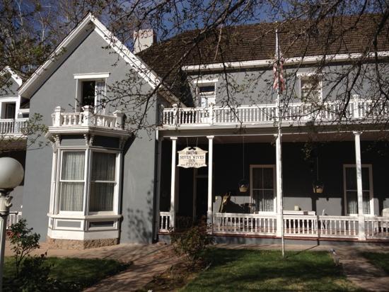 سيفن وايفز إن: front of house
