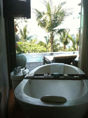 Four Seasons Resort Koh Samui Thailand: Huge Bath Tub with View in One Bedroom Villa