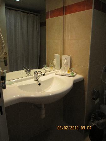 Jerusalem Gate Hotel: Bathroom in hotel