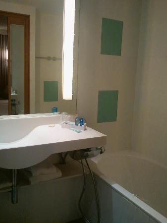 Salle de bain - Baignoire - Photo de Novotel Toulouse Centre Compans ...