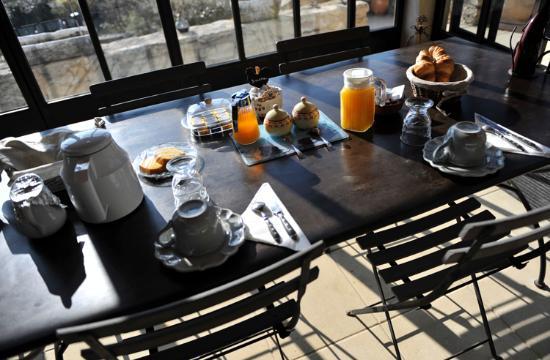 Maison d'hôtes La Guillone : Le plein de soleil à table...