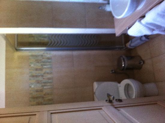 Elaion Mini Suites: Όμορφο το μπάνιο με μπόλικο ζεστό νερό