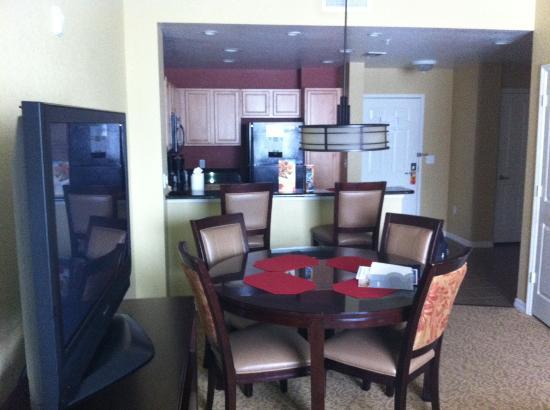 Bluegreen Fountains Resort: sala e cozinha conjugadas