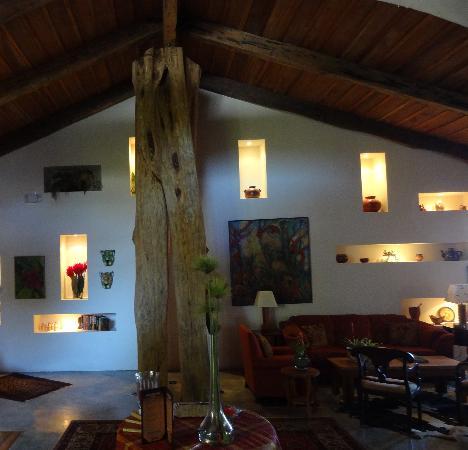 Poas Volcano Lodge: Wohnzimmer