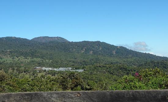 Poas Volcano Lodge: Blick auf den Poas vom Garten aus