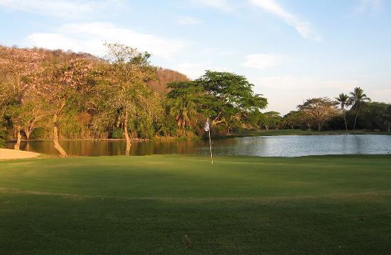 Campo de Golf Tangolunda: Last shot of the day, 18th green, all water