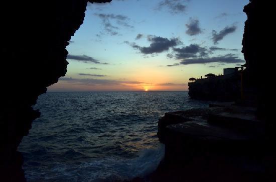 Banana Shout Resort : cave sunset