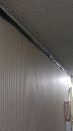 Clarion Inn Dayton Airport : More exposed wires
