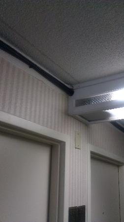 Clarion Inn Dayton Airport : Exposed wires and cheap light fixtures