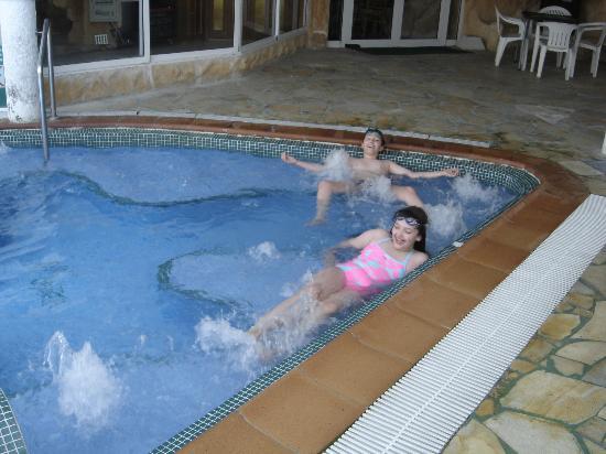 Hotel Benikaktus: SAGRARIO Y MANUEL EN LA PISCINA