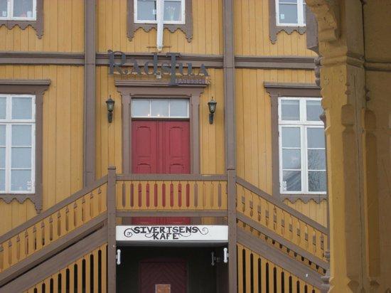 Sivertsens cafe: close up of entrance