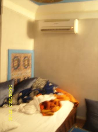 Riad d'or - Restaurant: clim au dessus d un lit