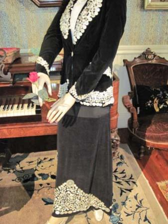 Sharpsteen Museum: Antique dress with buttons