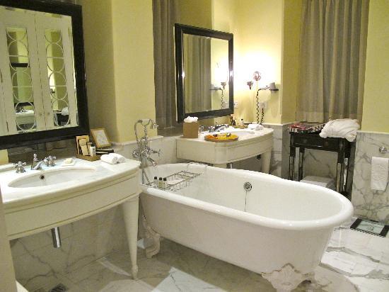 The Taj Mahal Palace: bathroom 1