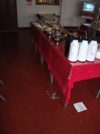 San Remo Palace Hotel: table du petit déjeuner...très sale et quasiment sans rien