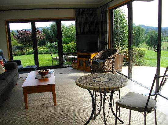Warkworth Country Retreat: Spacious private lounge with views!