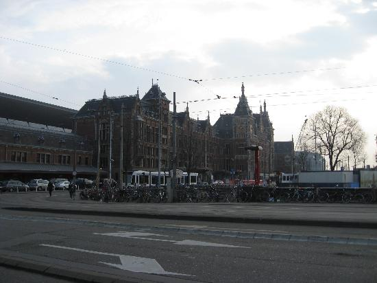 Amsterdam cs train station very close to hotel for Train hotel amsterdam
