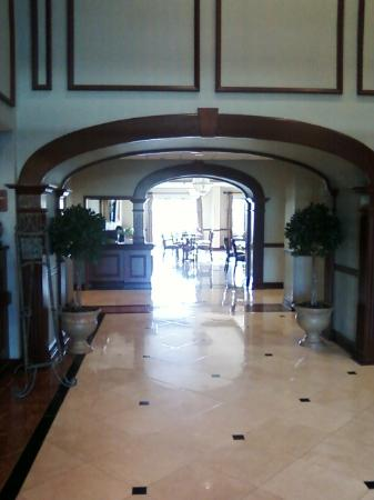 Comfort Suites: Lobby to breakfast area.