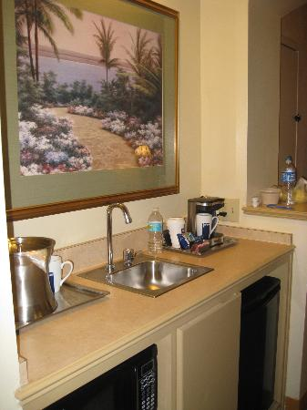 Hilton Boca Raton Suites: wet bar area