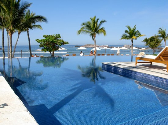 The St. Regis Punta Mita Resort: View of the quiet pool looking to the beach