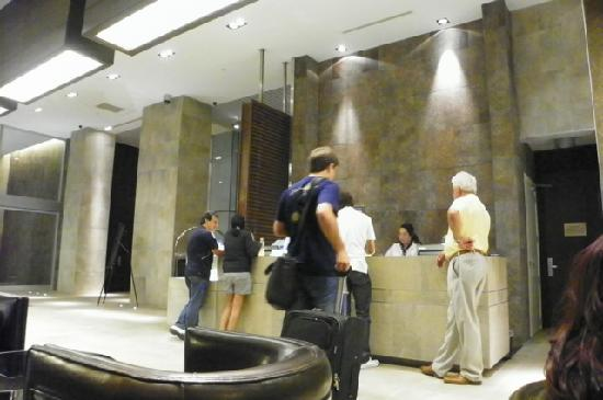 Hilton Garden Inn Santiago Airport: people waiting for the front desk