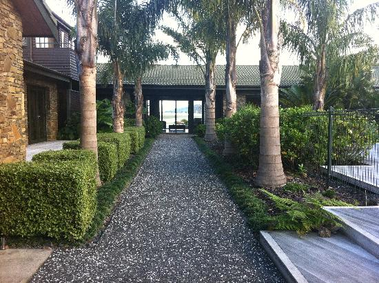 Peninsula Waterfront Retreat: Beautiful entrance