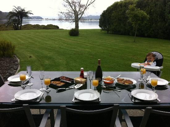 Peninsula Waterfront Retreat: Breakfast!