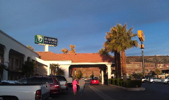St. George Inn & Suites: well maintained with lots of palm trees