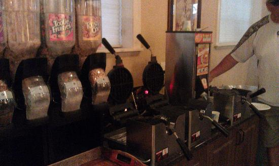 St. George Inn & Suites: Breakfast room has 3 waffle makers