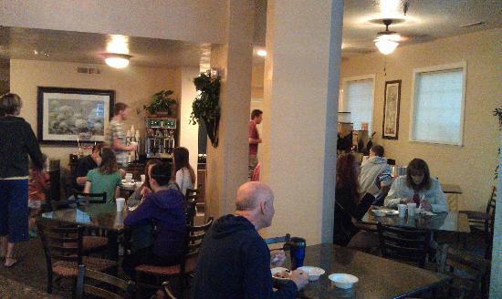 St. George Inn & Suites : plenty of seating in the breakfast room