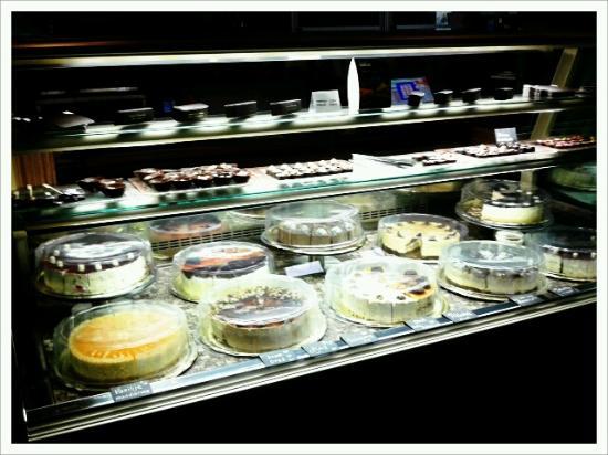 Hotel Dras: Cakes in the lobby bar