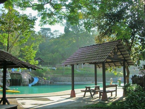 Kluang, ماليزيا: 南峇山腳下, 有個露天阳光泳池.