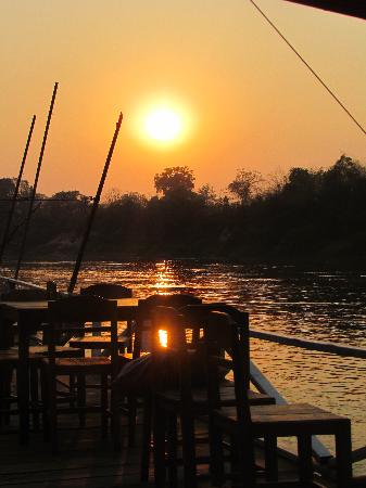 Rivertime Resort and Ecolodge: Floating restaurant at sunset
