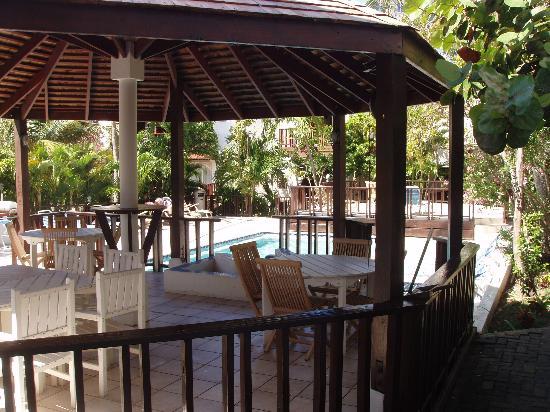Tamarind Hotel: overdekt gedeelte van de binnenplaats, waar gasten hun eigen borrel of eten kunnen verzorgen. di