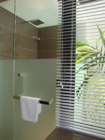 Courtyard @ Heeren Boutique Hotel: Courtyard@Heeren: Shower Stall w/Partially Frosted Glass