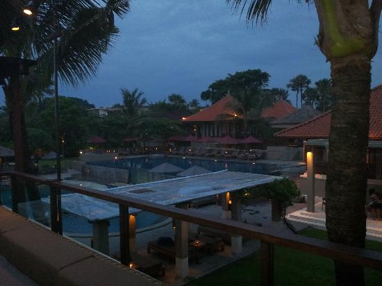 Bali Niksoma Boutique Beach Resort: view over pool & hotel
