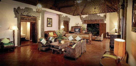 Villa Awang Awang: Awang Awang living room at night
