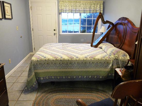 Bodega Harbor Inn: Delightful room (harp not included)