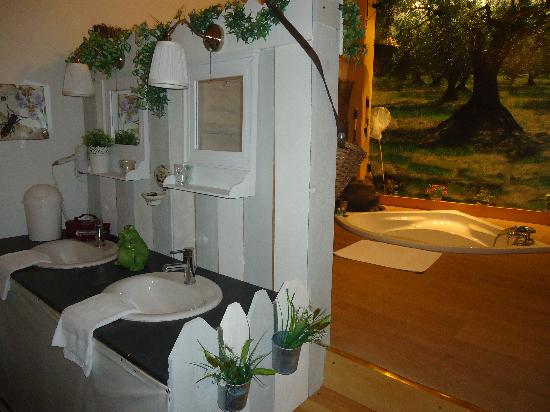 Chateau de Matel: Salle de bain de la suite Henri 4