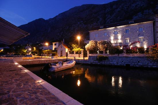 Palazzo Radomiri Hotel: Palazzo Radomiri from the sea, by night